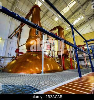 Escocia, REINO UNIDO - 30 DE MAYO de 2019: Destilería tradicional escocesa que produce bebidas alcohólicas.