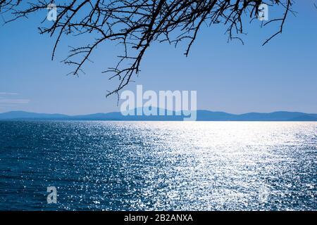 Vista Panorámica Del Mar Contra El Cielo Azul.