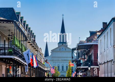 Orleans Street Y Borubon Street Flags Hoteles Barrio Francés Catedral De Saint Louis Iglesia Más Antigua Estados Unidos New Oreeans Louisiana.