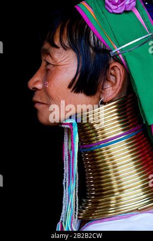 Retrato de cabeza de una mujer Kayan Lahwi con bobinas de latón en el cuello y ropa tradicional. El largo cuello Kayan (también llamado Padaung en birmano) son un