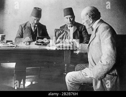 Después de la deposición del sultán otomano Abdul Hamid II por jóvenes nacionalistas turcos, liquiden sus bienes. Un experto inglés evalúa el valor de las joyas.