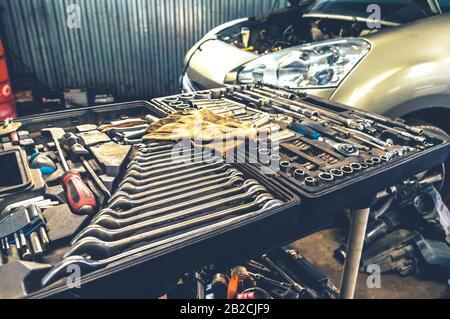 Fijación de herramientas manuales mecánicas en caja abierta en taller de reparación de coches en interiores