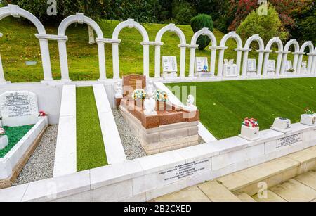 Arcos y tumbas conmemorativos, cementerio de Bryntaf, cementerio de Aberfan, Glamourgan, Gales, lugar de descanso de las víctimas que murieron en el desastre minero de Aberfan 1966