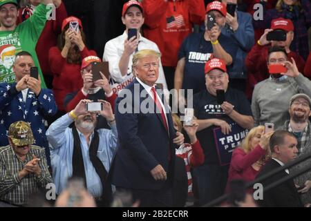 El presidente Donald Trump aparece durante un mitin el 10 de diciembre de 2019 en Giant Center en Hershey, PA. Foto de stock