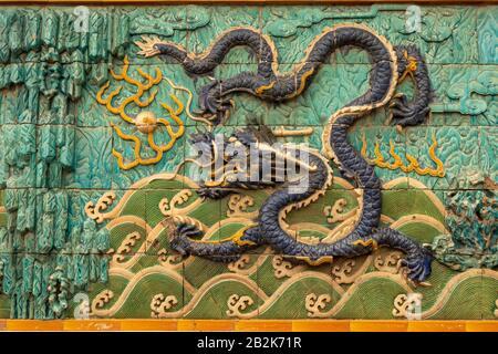 Pantalla de nueve dragones, entrada al Palacio de la longevidad Tranquila, la Ciudad Prohibida, Pekín, China