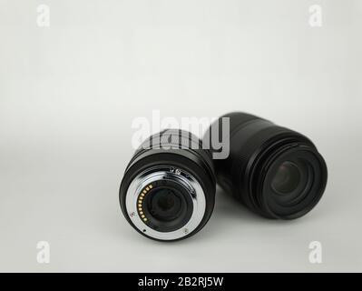 La parte frontal y posterior de dos lentes de cámara negras Foto de stock