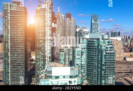 New Toronto Condominiums residenciales en un distrito de moda cerca de la orilla del lago frente al lago Ontario