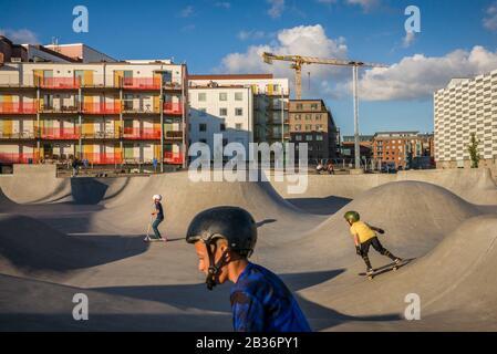 SUECIA, Scania, Malmo, zona de Vastra Hamnen, parque de patinaje con patinador