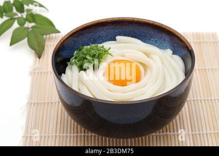 Los muelas de udon de Kamaage japonés en un cuenco sobre fondo blanco