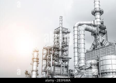 Luz brillante de la industria petroquímica al atardecer y al atardecer cielo, planta de energía, área de la central de energía