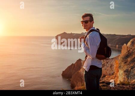 Excursionista turístico caminando por la playa blanca en el mar Egeo Santorini isla Grecia disfrutando del paisaje de verano. Hombre viajando
