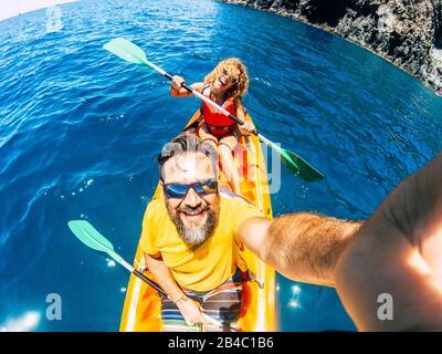 Pareja selfie con el punto de vista vertical superior - feliz activo adulto gente disfrutar kayak en el océano - turista de verano en vacaciones estilo de vida - cámara de acción y hombre y mujer alegre