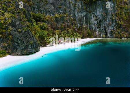El Nido, Palawan, Filipinas. Vista aérea de drone de la cabaña tropical Solitude en la isla Pinagbuyutan. Increíble playa de arena blanca con agua azul turquesa de la laguna.