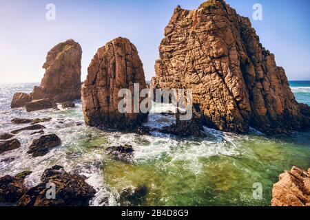 Playa De Ursa, Sintra, Portugal. Rocas épicas de la pila del mar que se elevan desde el océano atlántico a la luz del atardecer. Foto de stock