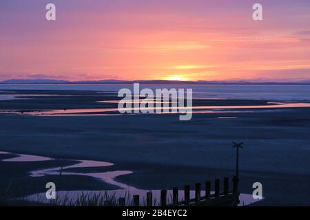 Puesta de sol en la playa Findhorn, Moray Firth, Escocia
