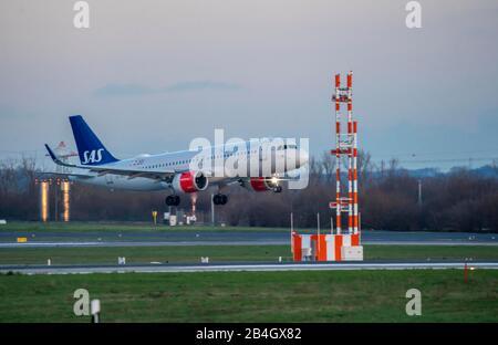 Aeropuerto Internacional de DŸsseldorf, DUS, avión en aterrizaje, SAS, Airbus A320