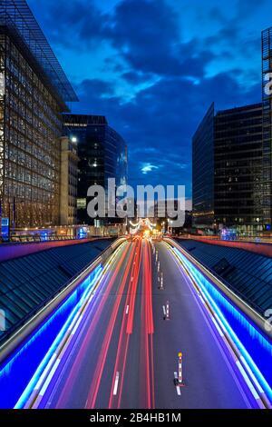 Europa, Bélgica, Bruselas, Barrio Europeo, izquierda Consejo de Europa, derecha Comisión Europea, tarde, calle, franjas de luz