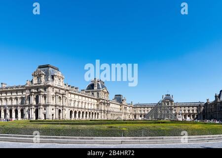Museo del Louvre Musée du Louvre con Place du Carrousel y la Pirámide de vidrio, París, Francia, Europa