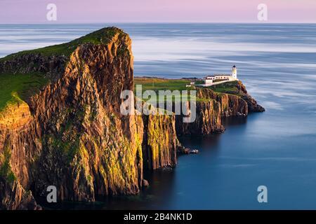 Faro de Neist Point a la luz de la noche al atardecer, Isla de Skye, Escocia Foto de stock