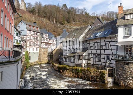 Casas de madera a lo largo del rur en Monschau, Eifel
