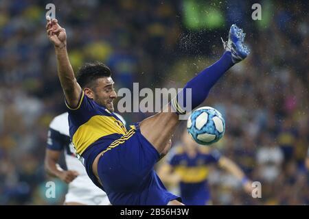 Buenos Aires, Argentina - 07 de marzo de 2020: Eduardo Salvio salta por el balón en la bombonera en Buenos Aires, Argentina