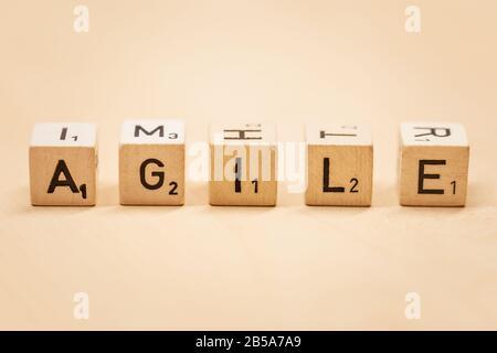 Primer plano de la palabra Agile en bloques de madera, concepto de fondo