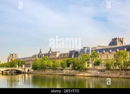 Francia. Día soleado de verano en París. Dique Del Río Sena Y Fachada Del Museo Del Louvre