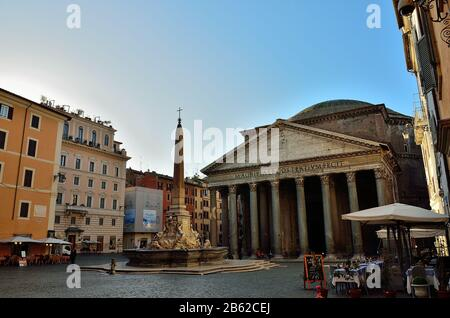 Las calles y plazas de Roma (casi vacías) a primera hora de la mañana