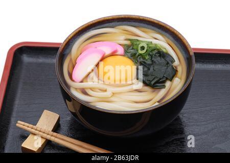 Los muelas de udon de Kamaage japonés en un cuenco de cerámica con palillos en la bandeja