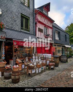 Típicas casas normandas con entramado de madera, calles adoquinadas del casco antiguo de Honfleur.France