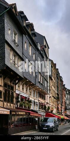 Típicas casas normandas con entramado de madera en Sainte Catherine quai del casco antiguo de Honfleur.