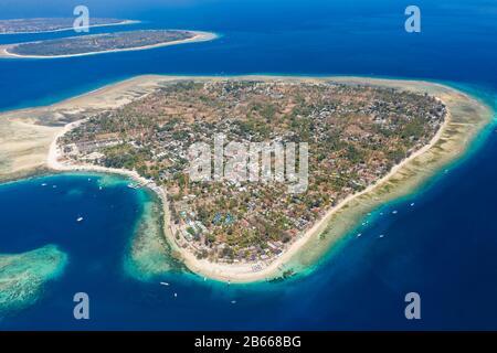 Vista aérea panorámica de las hermosas islas tropicales rodeadas de arrecifes de coral. (Islas Gili, Indonesia)