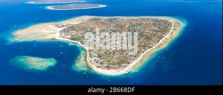 Vista aérea panorámica de una hermosa isla tropical rodeada de arrecifes de coral (Gili Air, Indonesia)