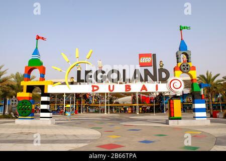 Dubai / EAU - 9 de marzo de 2020: Entrada a Legoland en los parques y complejos de Dubai. Parque acuático Legoland.