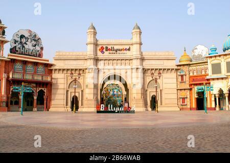 Dubai / EAU - 9 de marzo de 2020: Entrada al parque Bollywood en Dubai Parks and Resorts. Bollywood parque temático.
