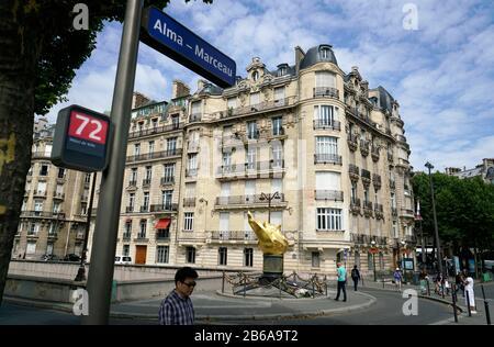 Llama de la libertad el memorial no oficial de la princesa Diana en el lugar Diana por el Pont de l'Alma con la señal de parada de autobús de Alma Marceau en primer plano.Paris.France