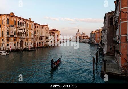 VENECIA, ITALIA - 19 de febrero de 2020 :Vista pintoresca de Gondolas en el Canal Grande con la Basílica de Santa Maria della Salute en el fondo