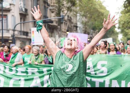 Caba, Buenos Aires / Argentina; 9 de marzo de 2020: Día Internacional de la Mujer. Mujer expresiva marchando en apoyo de la aprobación de la ley de derecho, sa