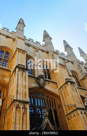 Oxford, Reino Unido - 14 de mayo de 2019: Exterior del edificio de la Biblioteca Bodleian en un día soleado, Universidad de Oxford, Londres Foto de stock