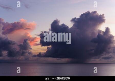Vista del amanecer desde el mirador Rex, en Wangetti en Queensland, como una tormenta se enciende en el horizonte del Océano Pacífico.