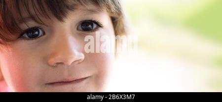 Hermoso pequeño bebé Retrato al aire libre en la naturaleza. Enfoque Suave. Foto tonificada con Bokeh y espacio de copia Foto de stock