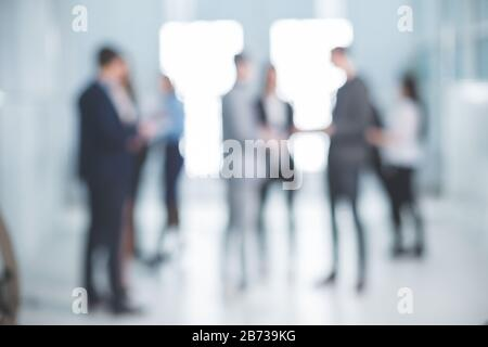imagen de fondo de un grupo de empleados corporativos en el vestíbulo de la oficina