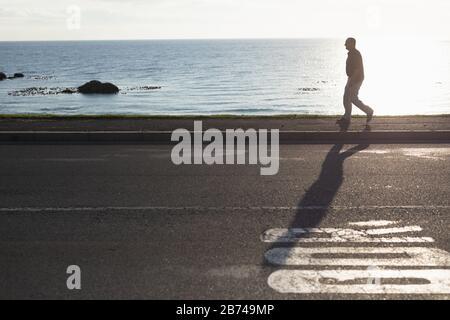 Hombre mayor caminando en la costa