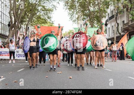 CABA, Buenos Aires / Argentina; 9 de marzo de 2020: Día internacional de la Mujer. Huelga feminista. Mujeres jóvenes que defienden la ley de la interrupción legal, segura y libre