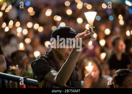Los participantes asisten a la vigilia anual a la luz de las velas que conmemora el 30º aniversario de la masacre de la Plaza Tiananmen de Beijing en 1989 en el Parque Victoria En Hong Kong, China, el 4 de junio de 2019.