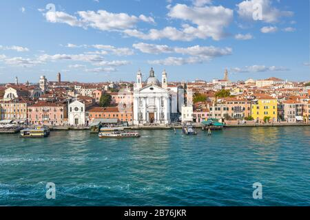Vista aérea de los pájaros de la iglesia de Santa María del Rosario, conocida como I Gesuati, una iglesia del siglo XVIII en el gran canal de Giudecca en Venecia, Italia.