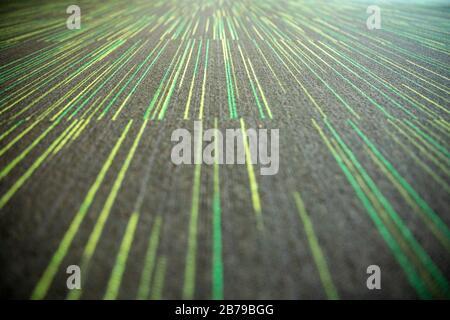 Primer plano de líneas paralelas amarillas y verdes en perspectiva. Enfoque selectivo.