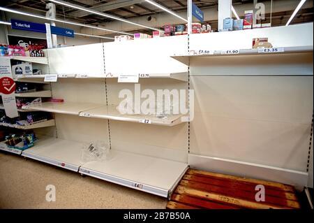 Supermercado Tesco, Hove, Reino Unido, 2020. La compra de pánico debido a los temores de coronavirus ha vaciado estantes de artículos como rollos de tocador y desinfectantes para manos.