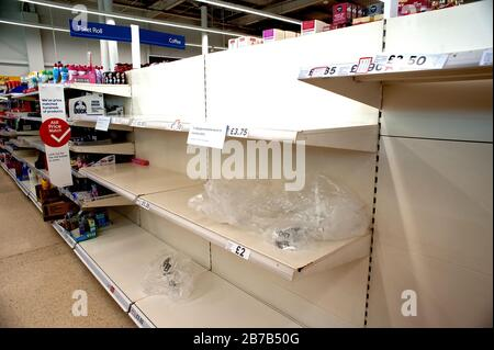 Supermercado Tesco, Hove, Reino Unido, 2020. La compra de pánico debido a los temores de coronavirus ha vaciado estantes de artículos básicos y esenciales como rollos de tocador.