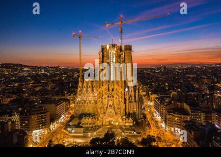 Fachada de la Natividad de la Sagrada Família y del Eixample en Barcelona durante el crepúsculo de la noche. (Cataluña, España)